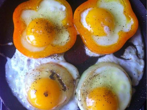 Як приготувати смачну яєчню? Яєчня в овочевих кільцях